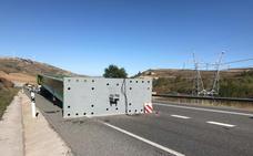 La caída de una viga de un transporte especial corta al tráfico la N-I en La Brújula