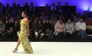 Colores, siluetas femeninas y líneas clásicas protagonizan la primera jornada de la Pasarela de la Moda