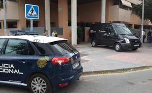 Un hombre arroja por la ventana a la hija de unos amigos en Málaga y se tira después