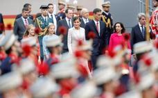 Vítores a los Reyes y abucheos y petición de elecciones al debutante Sánchez en el desfile del 12-O