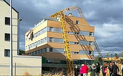 Una grúa torre se precipita sobre un edificio en la población soriana de Camaretas