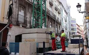 Una inmensa grúa corta la calle Almirante Bonifaz, para actuar en otro edificio en «ruinas»