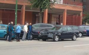 Choque sin heridos entre dos vehículos en la calle Juan Ramón Jiménez