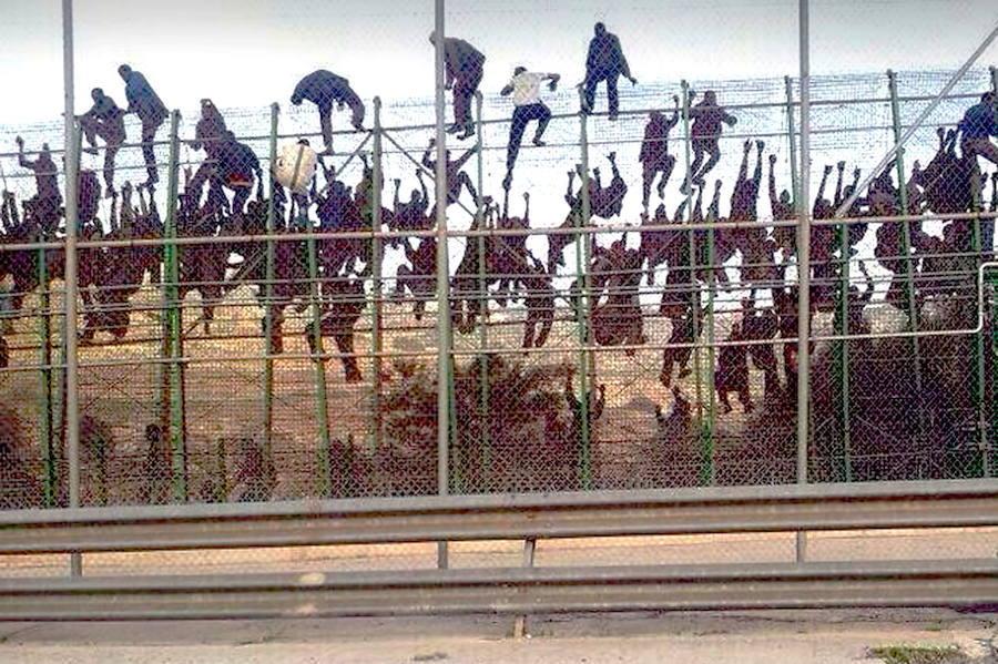 Muere un inmigrante tras un salto masivo a la valla en Melilla