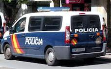 La rápida intervención policial salva la vida de una menor que intentaba arrojarse por la ventana