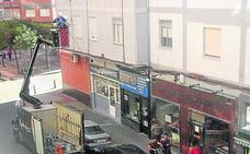 Denuncia a un instalador de las luces navideñas por entrar a su balcón en Valladolid