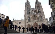 Jóvenes y mayores se unen para abrazar a la Catedral