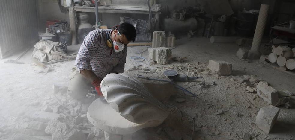 Una dura historia labrada en piedra siria que ahora se esculpe en Palencia