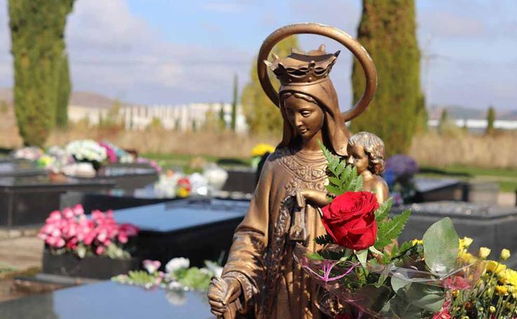 Los burgaleses visitan a sus difuntos en el Cementerio de San José