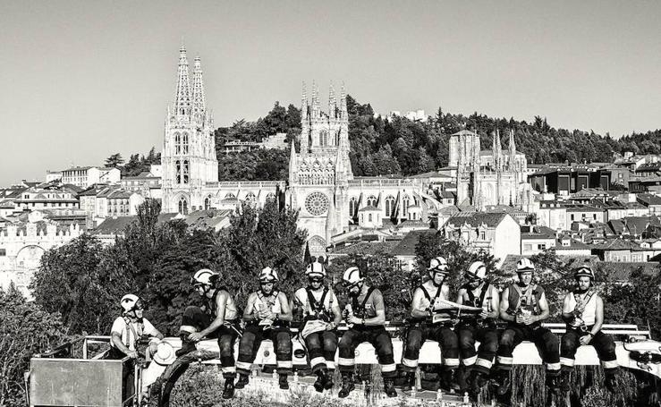 Los Bomberos de Burgos han hecho un calendario solidario a favor de la ELA