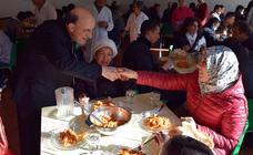 El arzobispo visita proyectos de acción social de la diócesis