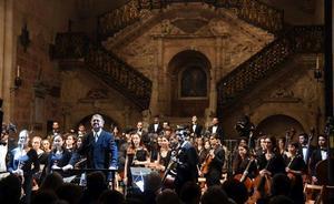 La Orquesta de Freixenet acaricia la escalera dorada de la Catedral con su música
