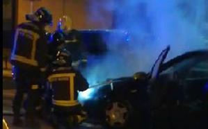 Arde un vehículo frente al Centro de Salud de San Agustín