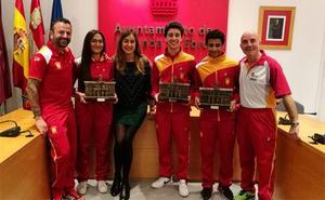 El Ayuntamiento de Miranda reconoce los éxitos de tres jóvenes boxeadores de la localidad