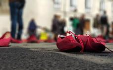 Zapatos rojos para recordar a las víctimas de la violencia de género en el Arco de Santa María