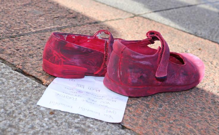 Amnistía Internacional recrea la instalación 'Zapatos Rojos' de la mexicana Elina Chauvet en el Arco de Santa María