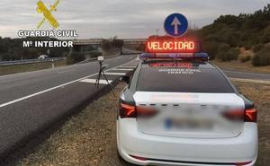 La Guardia Civil detiene al conductor de un vehículo eléctrico que circulaba a 216 km/h en la A-60 a la altura de Santas Martas