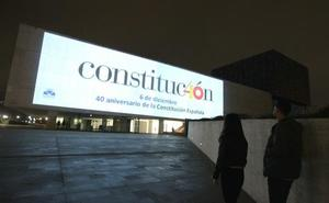 Las Cortes proyectan en su fachada el logotipo del 40 aniversario de la Carta Magna