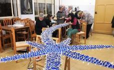Los vecinos de Covarrubias elaboran los adornos de Navidad para decorar su pueblo