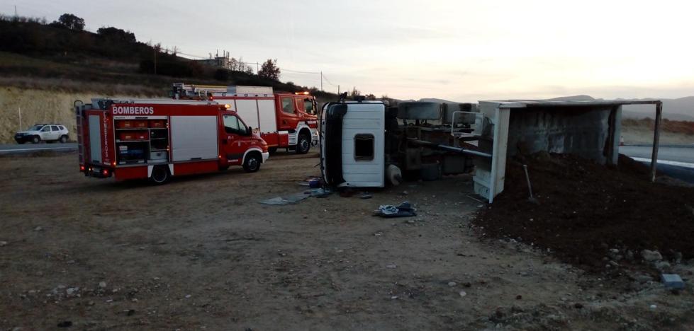 Bomberos de Miranda intervienen en el vuelco de un camión en Álava, que deja un herido