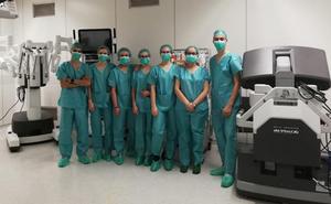 Alumnos del 'MIR de Bachillerato' del Liceo Castilla con el Robot Da Vinci