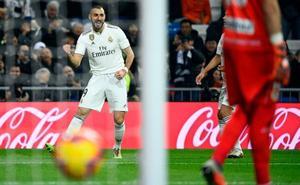 Benzema da el triunfo al Madrid al descanso