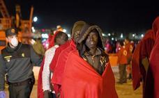 Rescatan una patera con 33 supervivientes y 11 cadáveres a bordo en Alborán