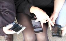 El 42% de las chicas de 17 años son adictas al móvil en la región