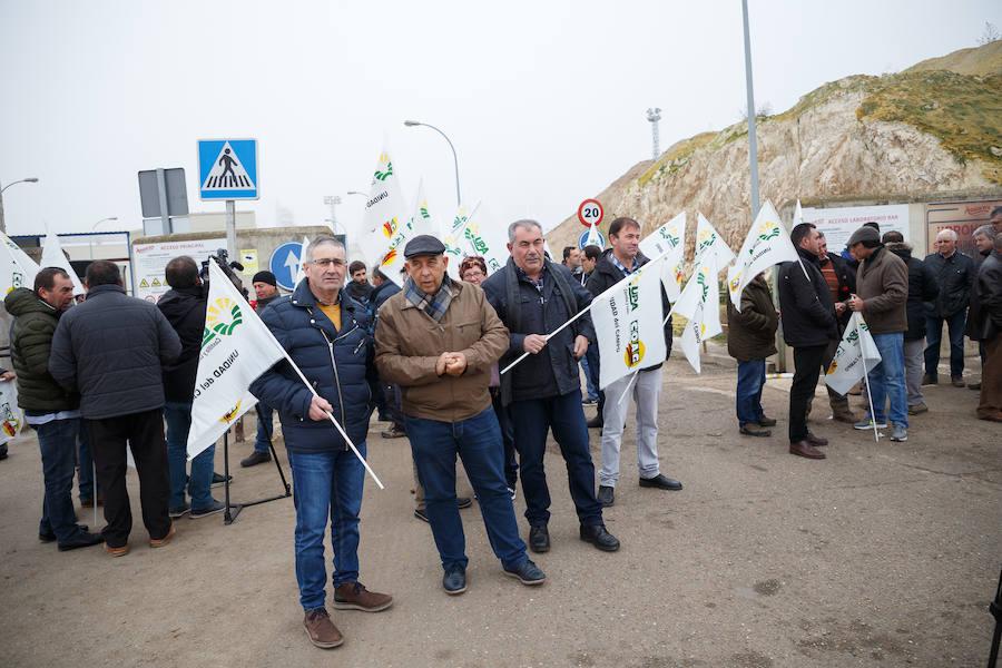 Más de 200 agricultores se manifiestan en Castilla y León contra la bajada del precio de la remolacha