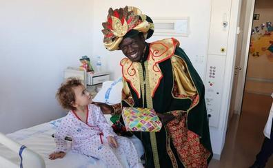 Los Reyes Magos visitan a los niños del Hospital Universitario de Burgos