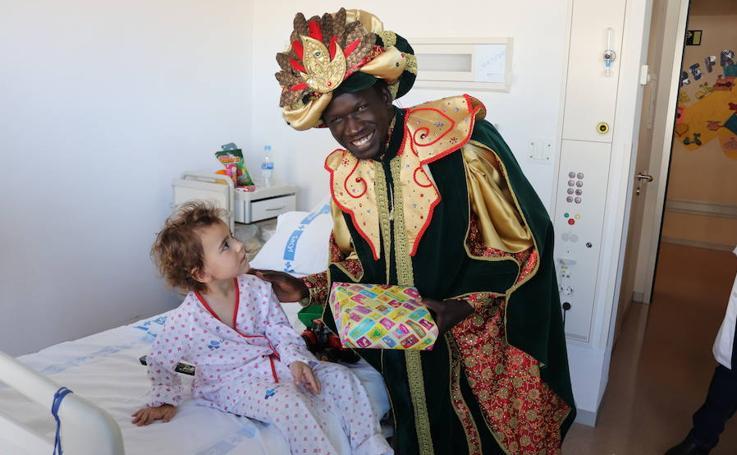 La visita de los Reyes Magos al HUBU, en imágenes