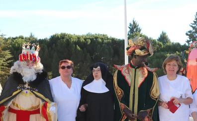 Los Reyes Magos devuelven la ilusión a los abuelos de la residencia Teresa Jornet