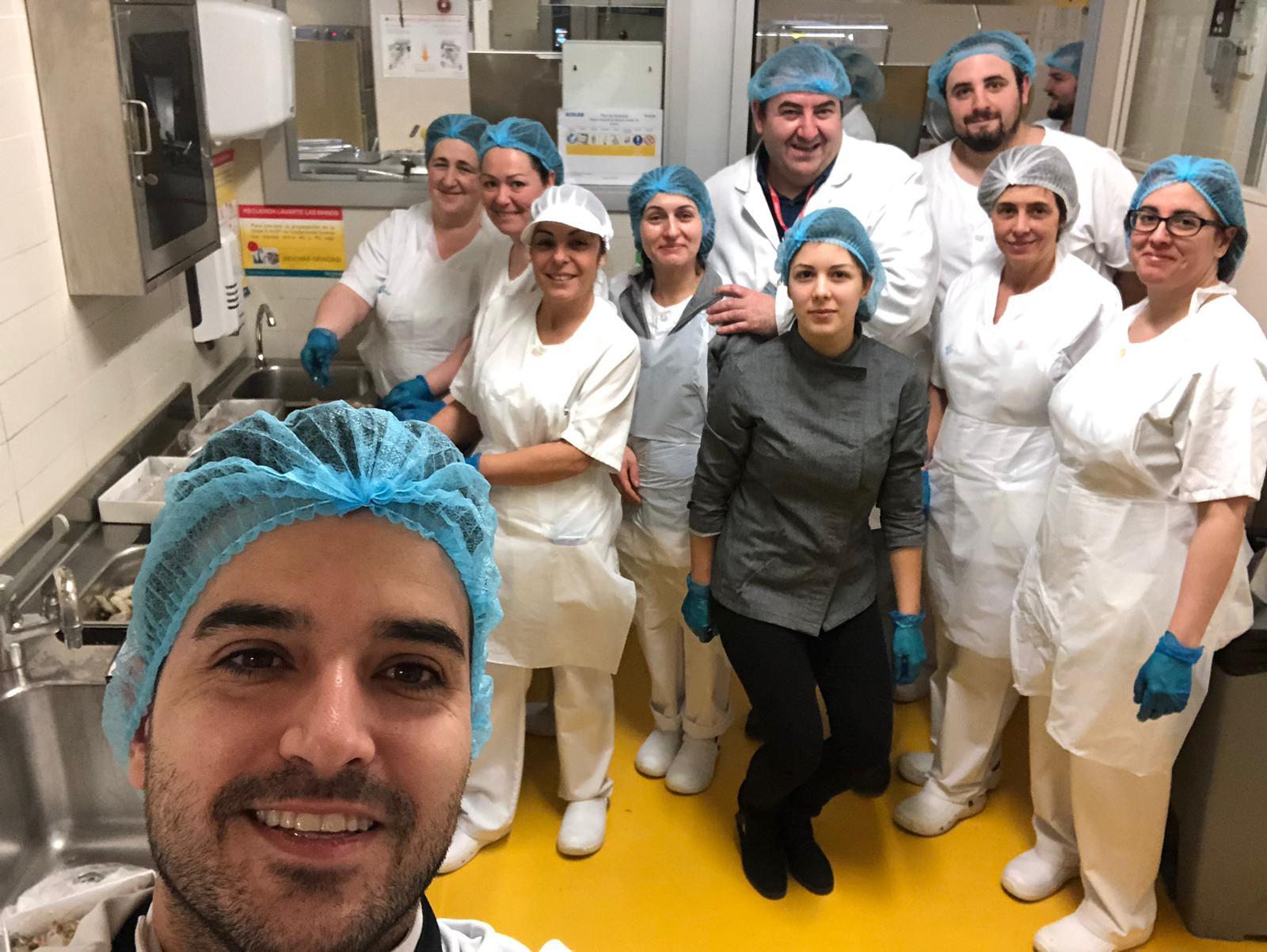 El cocinero Ricardo Temiño elabora un menú especial para los pacientes del HUBU