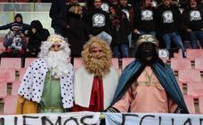 La afición del Burgos CF planta cara al frío
