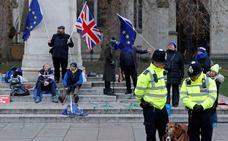 Una rebelión debilita el chantaje de May al Parlamento