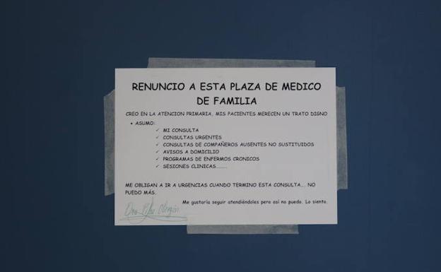 Carteles que lucen en las puertas de sus respectiva consultas