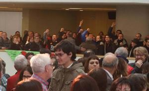 Los funcionarios de prisiones llevan su reivindicación al acto del PSOE
