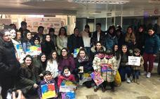 Artistas juveniles reciben los premios del Concurso de Pintura Centro Comercial Isilla