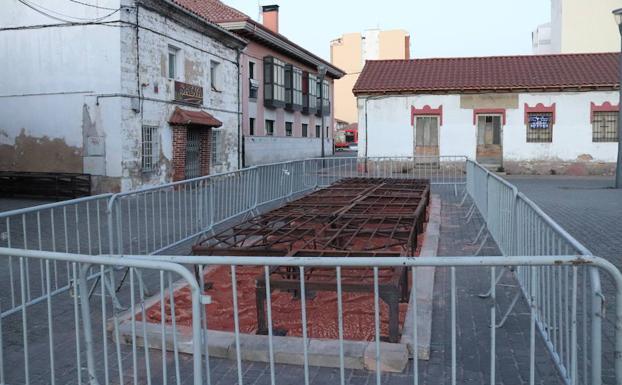 Las parrillas ya están colocadas frente a la sede de la Cofradía de San Antón.