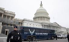 Un Trump despechado por quedarse sin cámaras arrebata el avión a la portavoz del Congreso