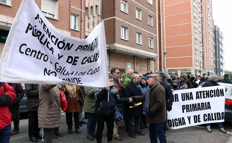 El consejero de Sanidad acude a Burgos para intentar apaciguar la situación de la Atención Primaria ante cientos de manifestantes