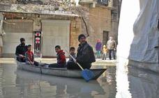 Un agricultor sirio, convertido en gondolero a causa de las fuertes lluvias