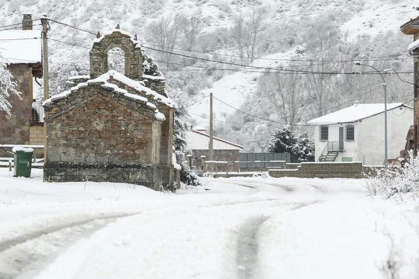 La nieve obliga a embolsar camiones en la A-6 y la A-1, a usar cadenas en ocho vías de León y a extremar la precaución en 18 tramos