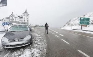 La nieve mantiene cerrada una carretera en en la provincia de León, obliga a circular con cadenas en 11 tramos y a extremar la precaución en 16