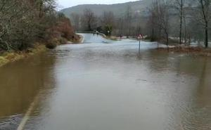El Nela se desborda en Villarcayo, mientras el Trueba y el Ebro están en alerta