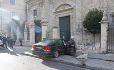 Un conductor empotra su coche contra una iglesia de Palencia y hiere de gravedad a un peatón