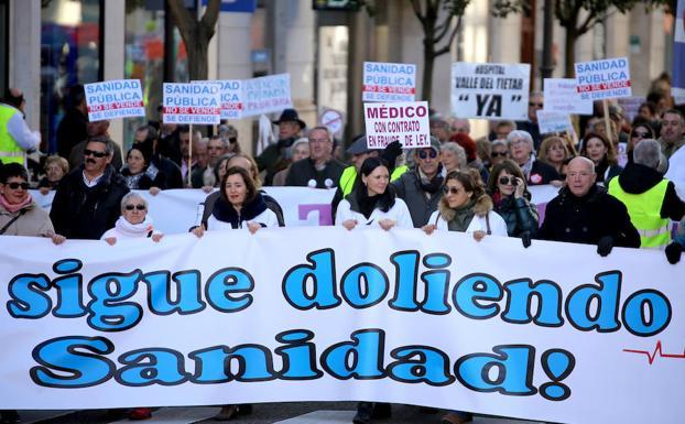 Imagen de la cabecera de la manifestación, con las tres médicos/Leticia Pérez/ICAL