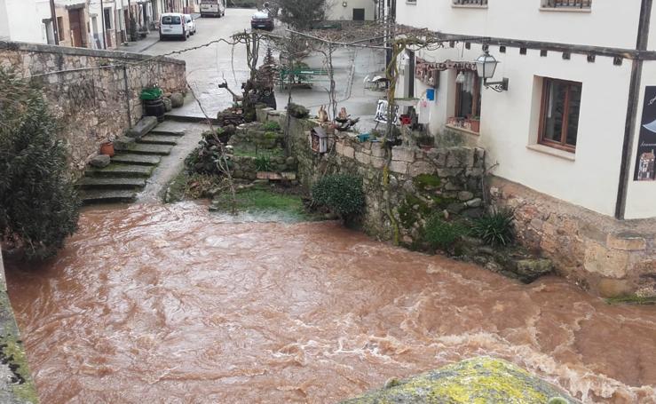 El río Arlanza se desborda a su paso por Covarrubias y Lerma se encuentra en situación de alarma