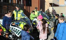 Un total de 46 niños del CEIP Juan de Abascal de Briviesca visitan el cuartel de la Guardia Civil
