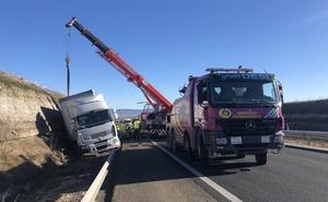 Heridos los tres ocupantes de un turismo al colisionar contra un camión en la AP-1